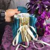 borsetta azzurra ricami oro dettaglio