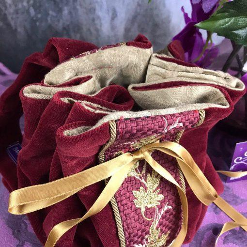 borsetta velluto rosso ricami oro dettaglio
